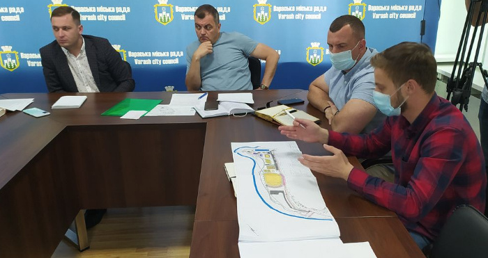 Учасники наради обговорюють будівництво багатофункціонального спортивного комплексу у Вараші