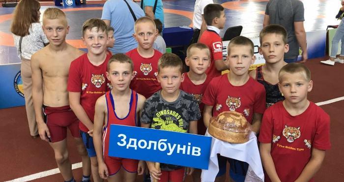 Юні борці представили Здолбунівську громаду на змаганнях у Збаражі
