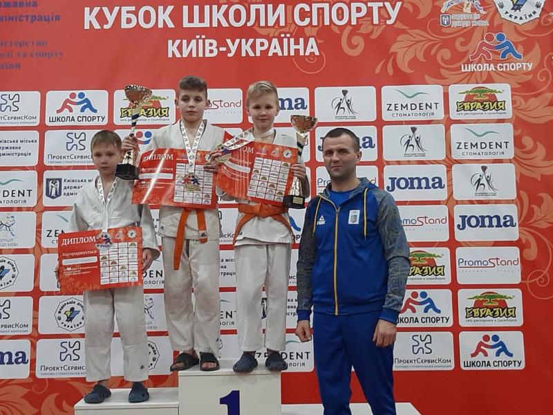 Призери змагань та тренер Олексій Чунь