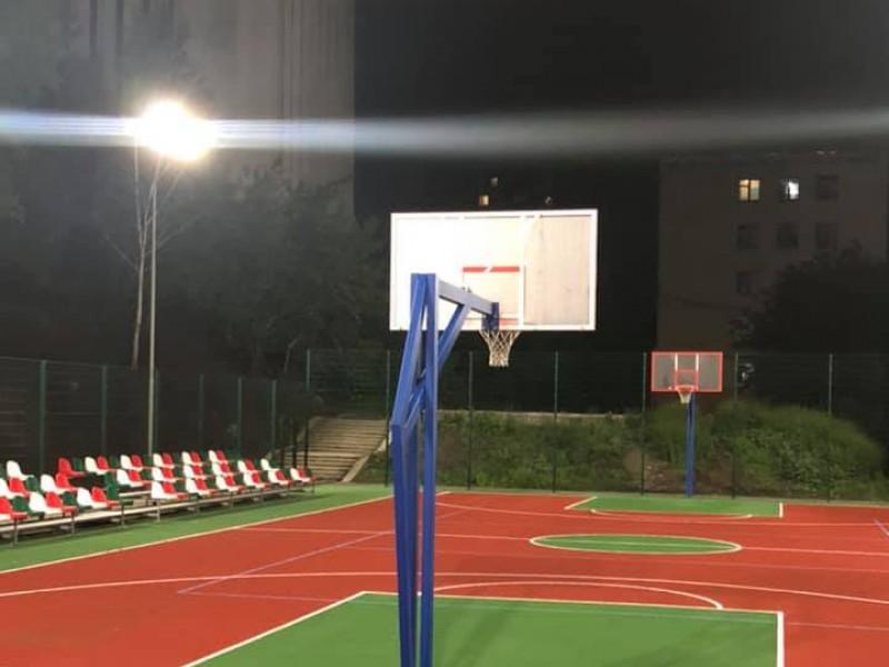 На міському баскетбольному майданчику встановили LED-освітлення