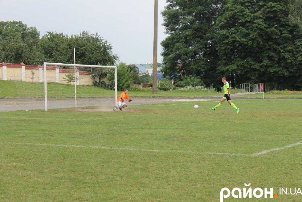 Сергій Непомнящий виходить сам на сам із воротарем