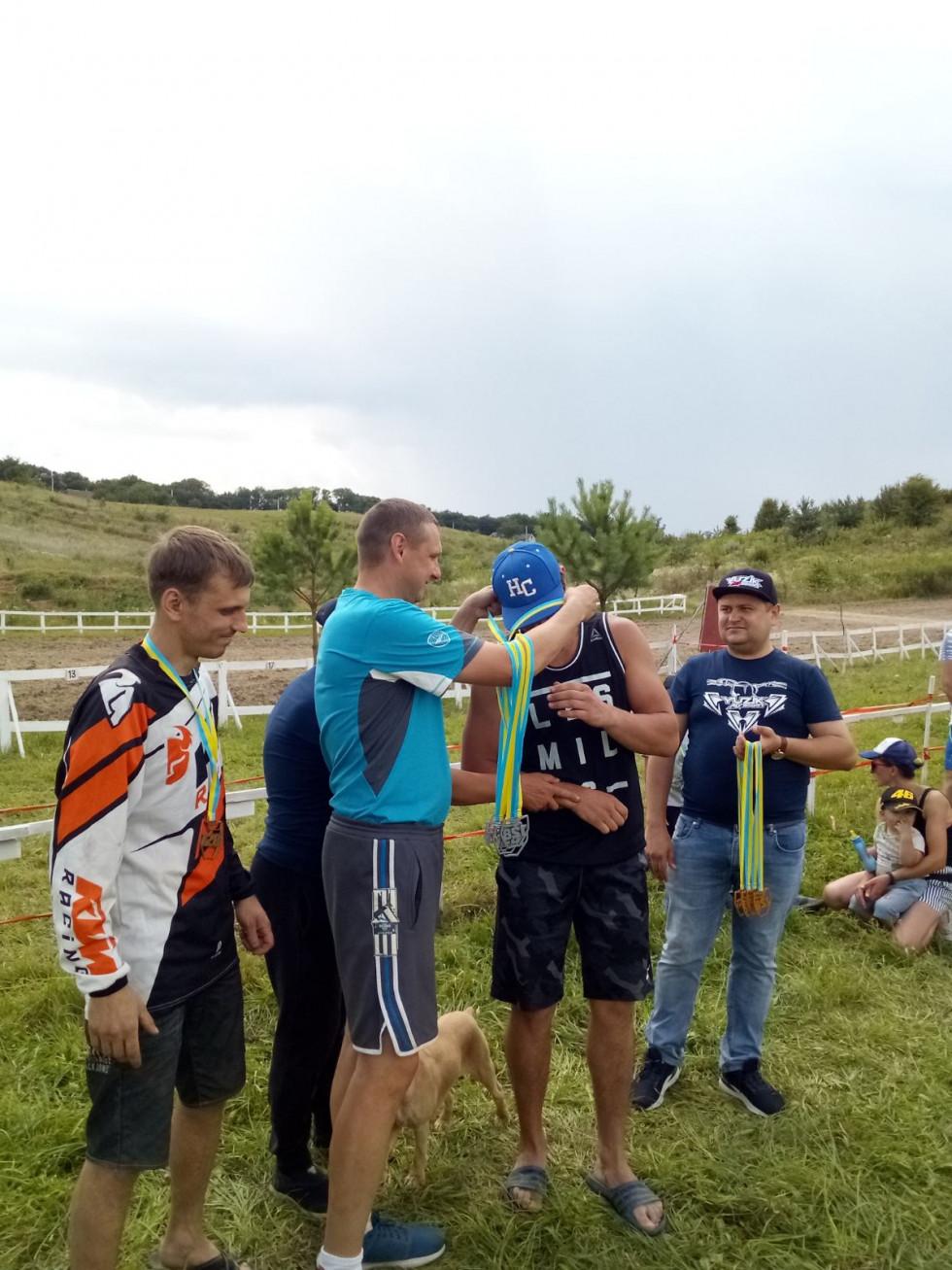 Нагородження переможців мотокросу проводить Дмитро Білюк