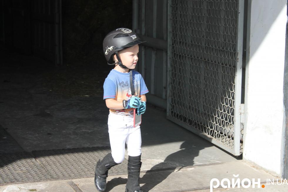 Один із наймолодших вершників КСК «Патріот» Лучик